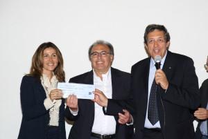Iolanda Riolo (a sinistra) consegna al Vincenzo Meola e Giuseppe Peralta l'assegno con il ricavato dalla raccolta fondi Riolo adotta l'Hospice