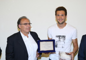 Vincenzo Meola consegna la papalina e una targa ricordo a Franco Vasquez
