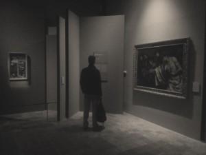 """Particolare dell'allestimento con i dipinti """"Crocifisso in un cimitero ebraico"""" di Bellini (a sinistra) e """"Incredulità di Tommaso"""" di Pietro della Vecchia (a destra)"""