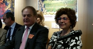 Bruxelles, 25 maggio 2016, Parlamento UE: un momento dell'evento per Olio di Sicilia IGP. Da destra: la parlamentare europea Michela Giuffrida componente della commissione Agricoltura, l'assessore regionale siciliano all'Agricoltura Antonello Cracolici, il presidente della commissione UE per l'Agricoltura Paolo De Castro.
