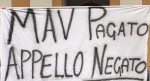 uno striscione di protesta esposto dagli studenti durante la manifestazione a Giurisprudenza