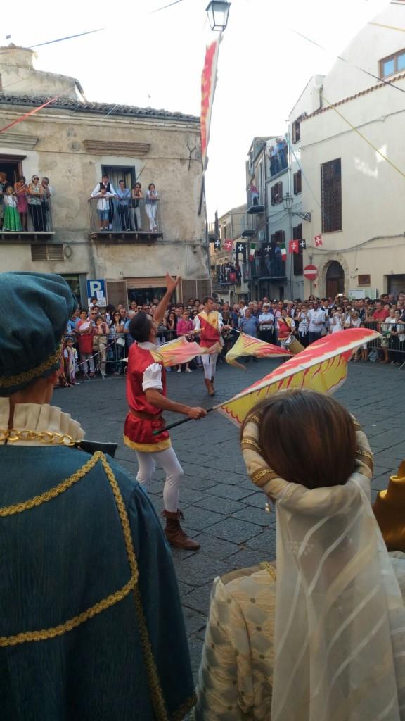 Il lancio della bandiera. Foto di Cristina Ciulla