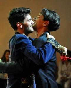 Il momento dell'abbraccio tra maestro ed allievo. In Foto: gli attori Tony Contartese ed il giovane Giacomo Stallone.