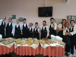 I giovani della cooperativa con i piatti preparati