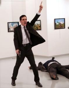 Scatto di Burhan Ozbilici che ha vinto il World Press Photo 2017