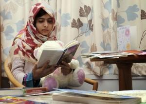 Malala che legge durante la convalescenza nell'ospedale di Birmingham.