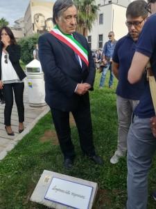 Il Sindaco di Palermo Leoluca Orlando e la targa del Lungomare delle migrazioni