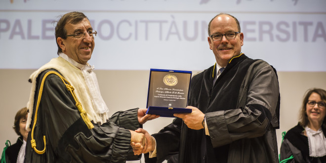 Il professor Fabio Mazzola consegna la targa in memoria del conferimento della laurea honoris causa ad Alberto di Monaco (foto Elene Rabbia - Ufficio stampa Unipa)