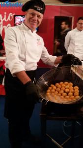 Lo chef Francesco Lelio presenta le arancine allo Street Food Festival