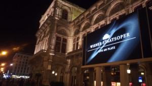 Lo schermo sul quale vengono proiettate live le opere alla Wiener StaatsOper